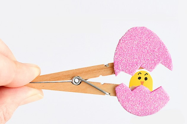 Easter crafts: cute clothes peg chick